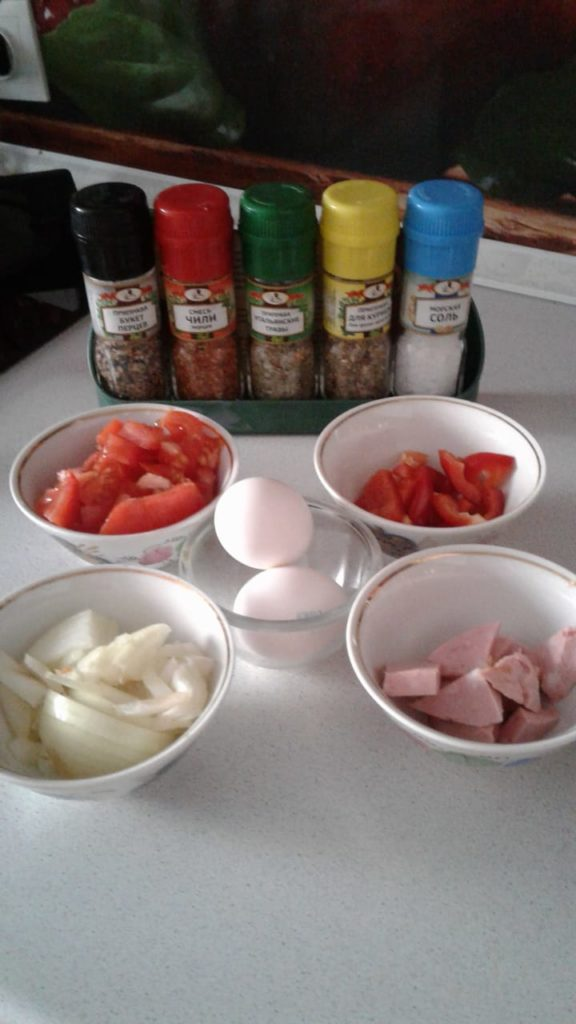 Овощная-яичница-с-колбасой